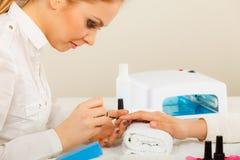 Женщина в салоне красоты получая маникюр сделанный Стоковое Фото