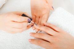 Женщина в салоне красоты получая маникюр сделанный Стоковое фото RF