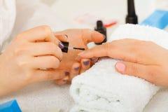 Женщина в салоне красоты получая маникюр сделанный Стоковая Фотография RF