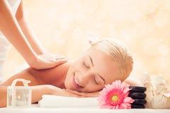 Женщина в салоне курорта получая массаж стоковая фотография rf