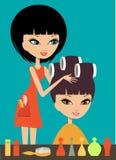 Женщина в салоне красоты парикмахерских услуг Стоковое Фото