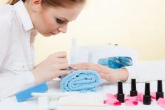 Женщина в салоне красоты получая маникюр сделанный Стоковые Фотографии RF