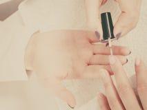 Женщина в салоне красоты получая маникюр сделанный Стоковые Изображения