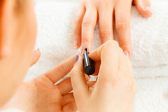 Женщина в салоне красоты получая маникюр сделанный Стоковое Изображение