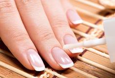 Женщина в салоне ногтя получая маникюр Стоковые Изображения RF