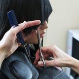 Женщина в салоне парикмахерских услуг стоковые изображения rf