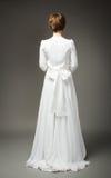 Женщина в свадьбы платья стороне назад стоковые изображения rf