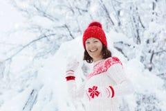 Женщина в свитере играя бой шарика снега в зиме стоковое изображение rf
