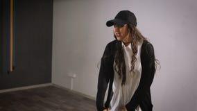 Женщина в свободном времени в студии принимает уроки танцев как хобби Она работает бедр-хмель танца движений для девушек сток-видео