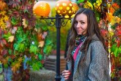 Женщина в сером пальто и покрашенном шарфе в осени в Москве стоковая фотография