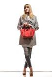 Женщина в сером пальто держит красную сумку стоковая фотография rf