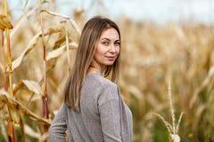 Женщина в сером свитере в половине стоимости поворота вянуть мозоли стоковые изображения rf