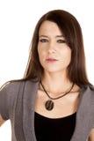 Женщина в смотреть серого платья серьезный близкий стоковое изображение rf