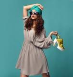 Женщина в современных солнечных очках глаз кота с белым желтым ботинком и n стоковые фотографии rf