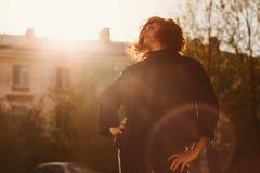 Женщина в солнечных очках в заходе солнца outdoors стоковое изображение rf