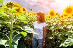 Женщина в солнцецвете стоковые изображения