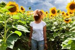 Женщина в солнцецвете стоковые фото
