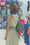 Женщина в солнечных очках с сумкой питона snakeskin моды идя в торговый центр человека kuta острова bali городок захода солнца фо Стоковая Фотография