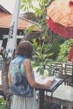 Женщина в солнечных очках с сумкой питона snakeskin моды около ресторана человека kuta острова bali городок захода солнца формы к Стоковые Фото
