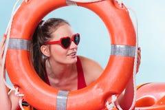 Женщина в солнечных очках с томбуем кольца lifebuoy Стоковая Фотография RF