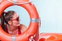 Женщина в солнечных очках с томбуем кольца lifebuoy Стоковое Фото
