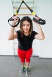 Женщина в спортзале используя trx оборудования Стоковое фото RF