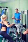 Женщина в спортзале работая с личным trai фитнеса Стоковые Фото