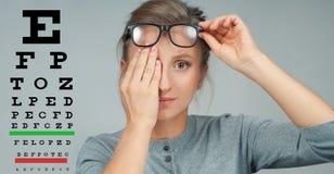 Женщина в стеклах Диаграмма экзамена зрения зрения испытания глаза Стоковое Изображение RF