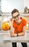 Женщина в стеклах летучей мыши партии в хеллоуине украсила кухню Стоковое Фото