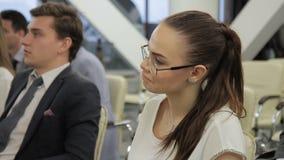 Женщина в стеклах от аудитории отвечает на вопросы о секретной валюте видеоматериал