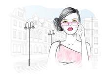 Женщина в стеклах на предпосылке города Стоковые Фотографии RF