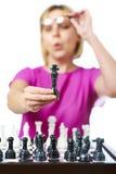 Женщина в стеклах показывая изолированного короля шахмат Стоковое Изображение RF