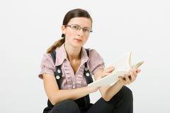 Женщина в стеклах читая книгу стоковое фото rf