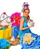 Женщина в стиле пасхи держа кролика и цветков в корзине Стоковое Изображение