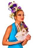 Женщина в стиле пасхи держа кролика и цветков в корзине Стоковое Изображение RF