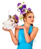 Женщина в стиле пасхи держа яичка и цветки Стоковые Изображения