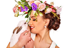 Женщина в стиле пасхи держа яичка и цветки Стоковая Фотография RF