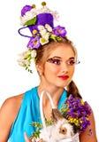 Женщина в стиле пасхи держа яичка и цветки Стоковые Фото