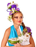 Женщина в стиле пасхи держа яичка и цветки Стоковое фото RF