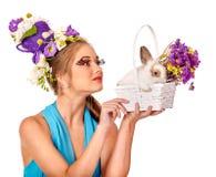 Женщина в стиле пасхи держа яичка и цветки Стоковая Фотография