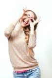 Женщина в стильных вскользь одеждах к составу и стиль причёсок в студии на белой предпосылке Яркие положительные эмоции молодой ж Стоковое Фото