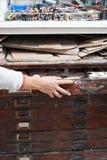 Женщина в студии гончарни извлекая материалы от комода плана Стоковое фото RF