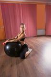 Женщина в студии с раздувными шариком и весами Стоковое Изображение RF