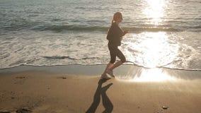 Женщина в тапках бежит по побережью к океан Избежание к морю акции видеоматериалы