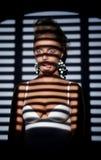 Женщина в тени представлять ролика bind Стоковое Изображение