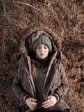 Женщина в теплых одеждах имея ворсину на земле стоковые изображения