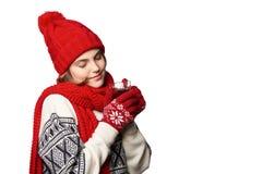 Женщина в теплой одежде зимы с чашкой чаю Стоковые Фотографии RF