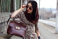 Женщина в теплом positng одежд outdoors Стоковое фото RF