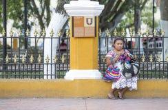 Женщина в традиционной одежде делая ремесленничество Стоковое Изображение