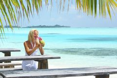 Женщина в тропическом кафе Стоковое фото RF